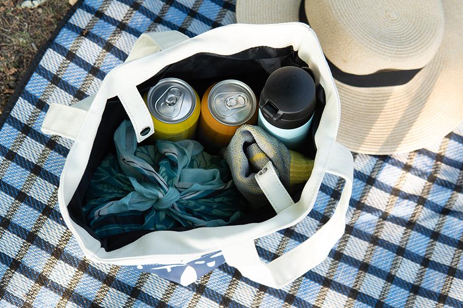 バッグに小物を入れている写真